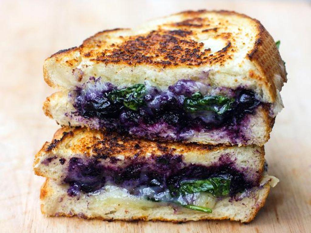 Berries grilled cheese ini tidak hanya enak, tapi juga terlihat cantik dengan keju dan warna ungu berries didalamnya.