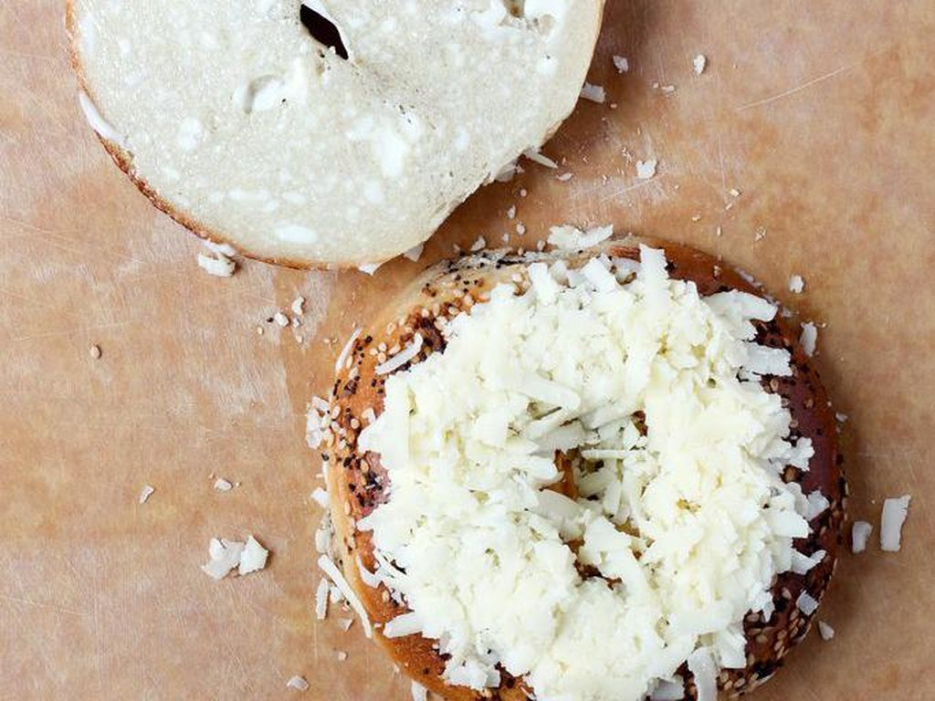Menggunakan mayonnaise bukan mentega, membuat Mayo-Slathered Grilled Cheese ini lebih krispi, beraroma dan tentu saja legit.