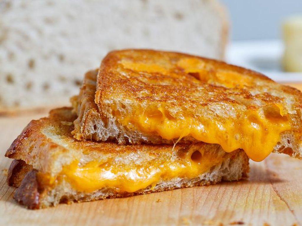 Grilled Cheese yang satu ini dibuat dengan cara yang sangat sederhana, cukup memanggang roti dan natural cheese.