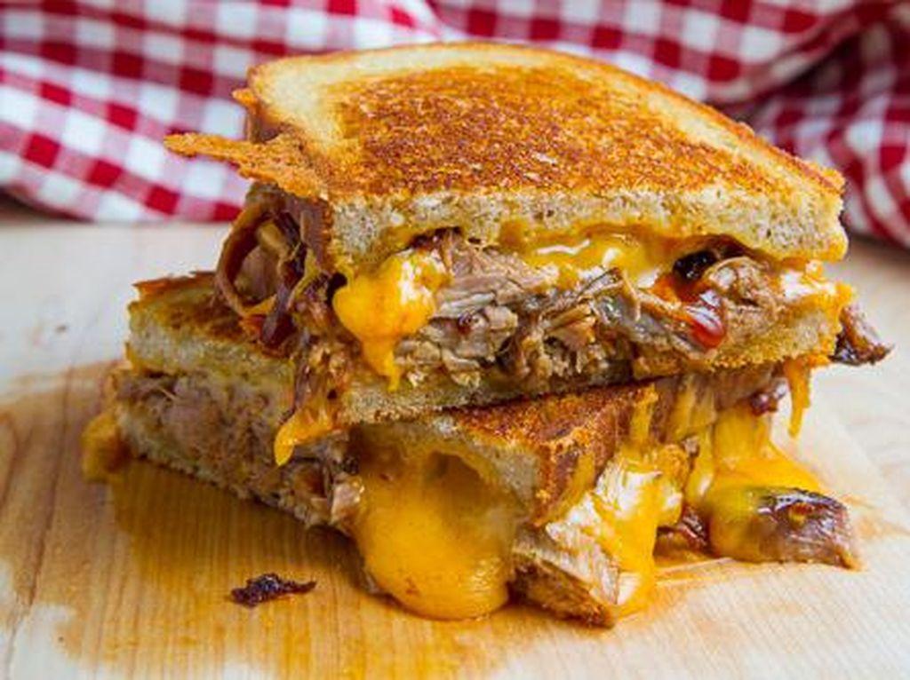 Pulled Pork Grilled Cheese adalah keju panggang terbaik dengan campuran daging babi yang pernah ada. Kombinasi keduanya mengahasilkan rasa yang tak ada duanya.