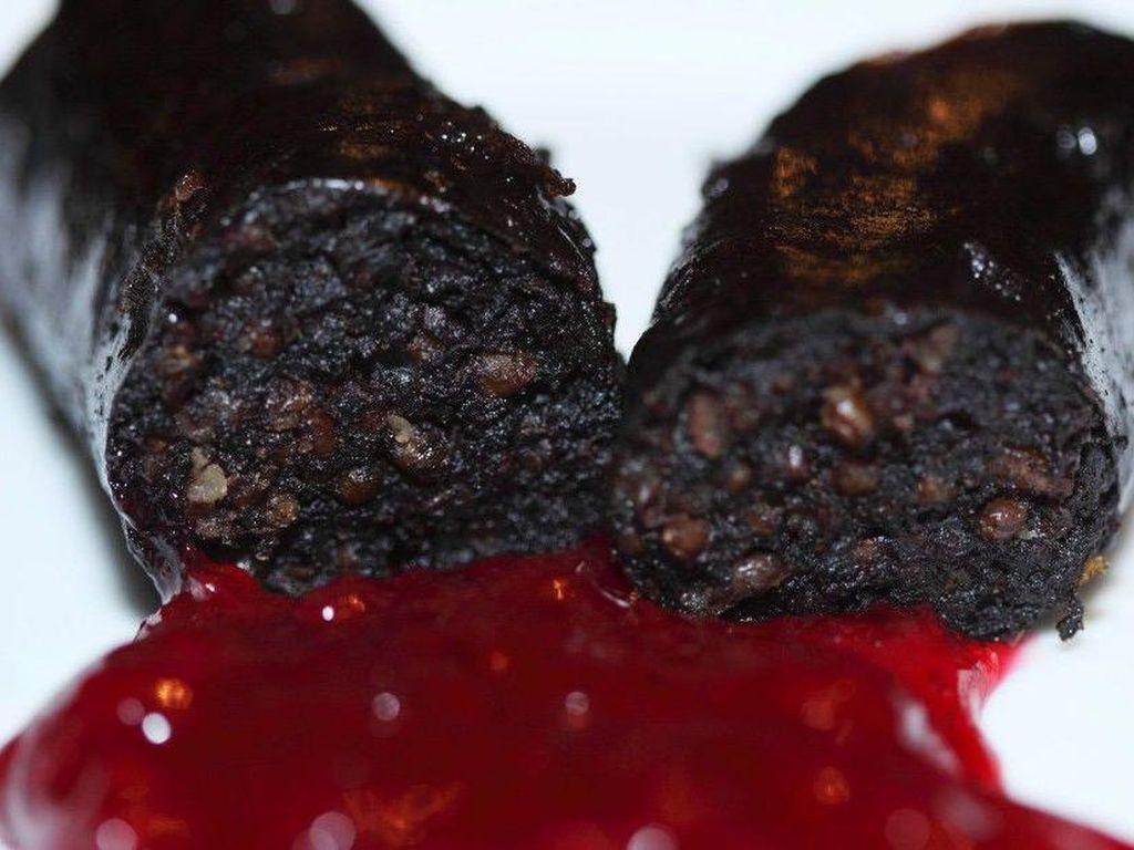 Mustamakkara asal Finlandia merupakan salah satu jenis sosis darah di Eropa. Paling enak dimakan panas dan masih segar, mustamakkara terbuat dari darah babi, rye dan tepung. Biasa disajikan dengan saus lingonberry. Foto: Istimewa