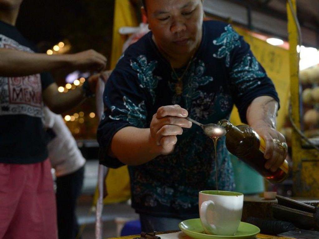 Darah, empedu dan sumsum ular kobra ada yang dicampur dengan madu dijual di Indonesia. Ramuan ini kabarnya bisa meningkatkan libido. Foto: Istimewa
