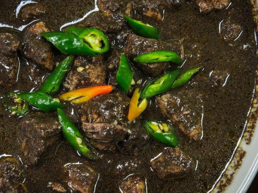 Dinuguan merupakan hidangan berkuah dari Filipina. Jeroan babi atau daging lainnya dimasak dalam kuah pedas kehitaman berbahan darah babi. Foto: Istimewa