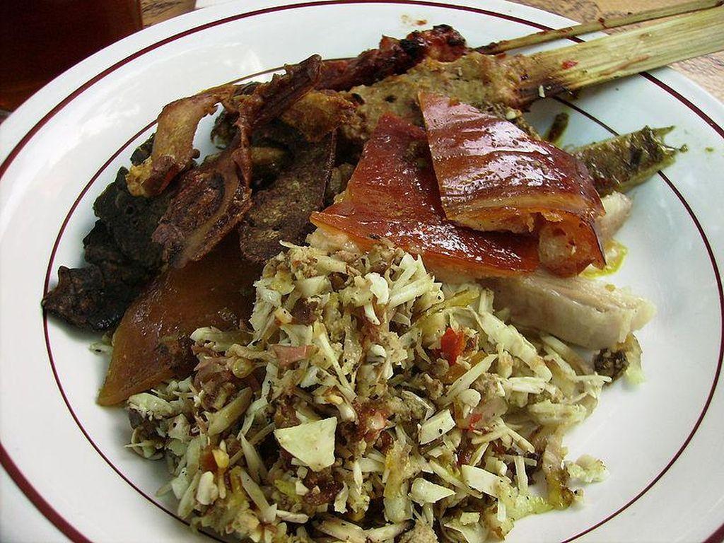 Lawar khas Bali ada yang memakai darah. Bumbu diberi tambahan darah dalam hidangan campuran sayuran dan daging ini. Foto: Istimewa
