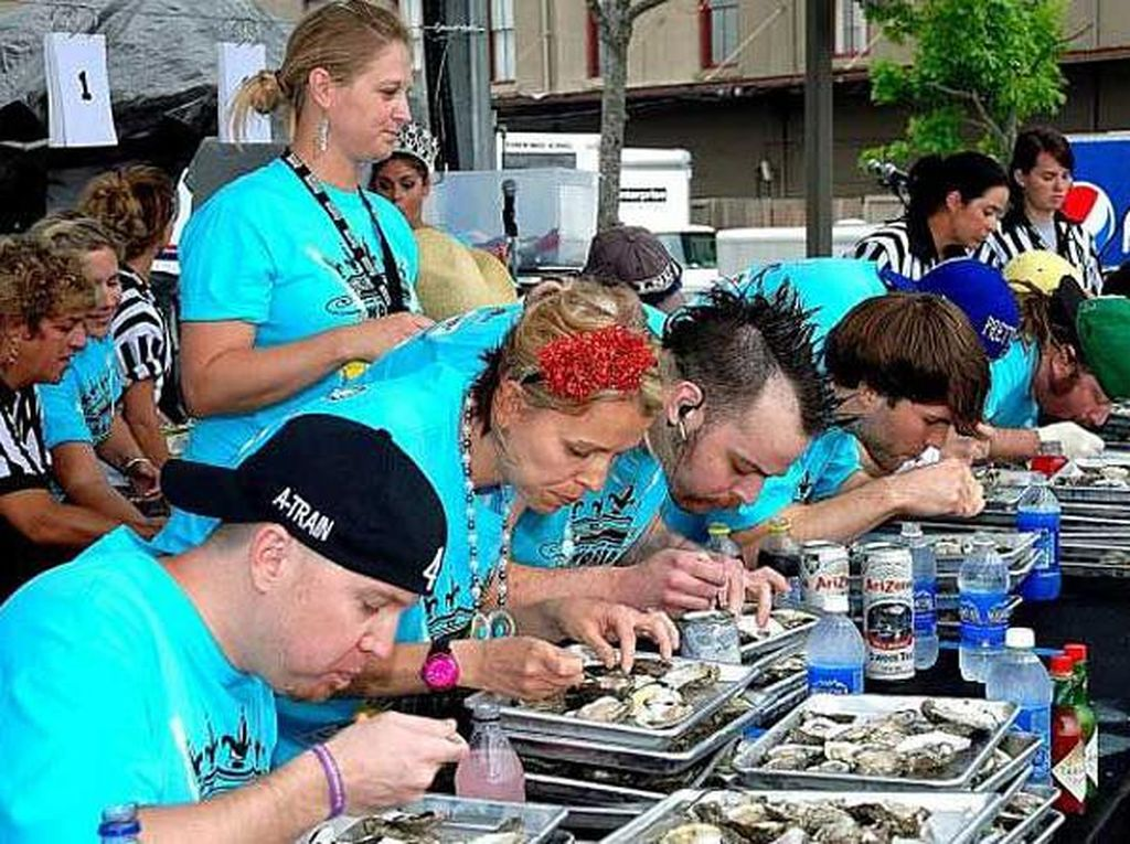 Diadakan setiap bulan Juni di New Orleans, Louisiana, Oyster Eating World Championship ini merupakan kontes makanan tercepat, dimana para peserta bersaing memperebutkan uang tunai sebesar $ 1000 atau sekitar Rp 13 juta. Pada tahun 2011, Pat bartoletti membuat catatan paling penting dengan memakan 468 tiram dalam waktu hanya 8 menit. Foto: Istimewa