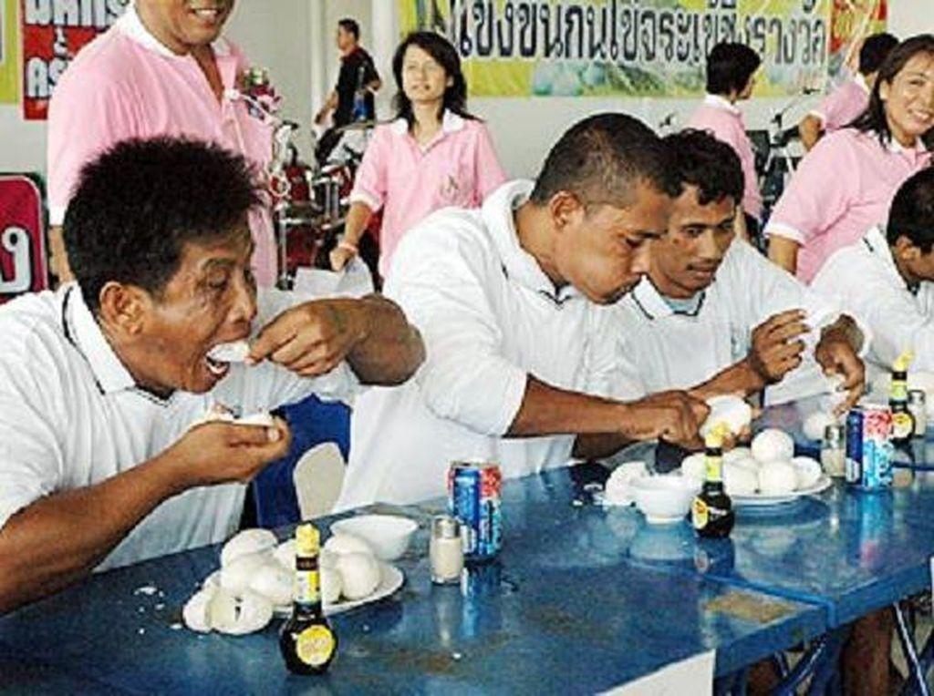 Diadakan di Pattaya Crocodile Farm di Thailand, kompetisi makan telur buaya adalah lomba makan tahunan yang terdiri dari memakan 10 butir telur buaya dalam waktu singkat. Tujuan utama kontes aneh ini adalah untuk mempromosikan pariwisata lokal. Foto: Istimewa