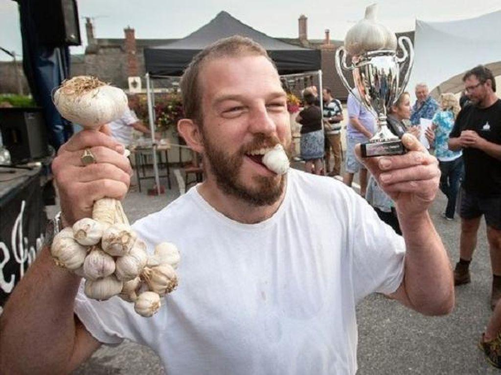 The World Garlic Eating Competition yang diadakan di Chideock, Dorset County, Southwestern Inggris ini diadakan tahun 2014. Saat itu David Greenman memenangkan kontes dengan mengunyah 33 siung bawang putih mentah dalam waktu 60 detik. Foto: Istimewa