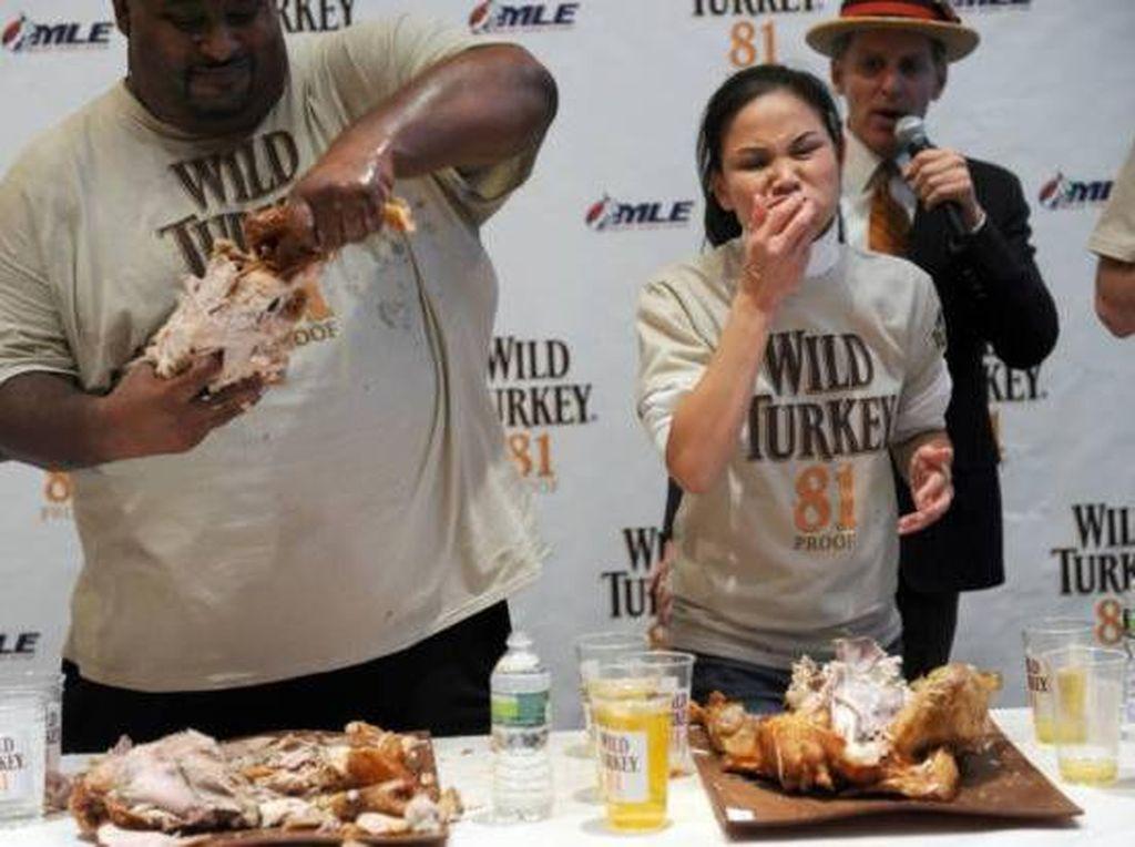 Di Hari Natal ada satu kontes di New York bernama Thanksgiving Turkey Eating Contest. Dalam perlombaan ini. The Black Widow Thomas berhasil menghabiskan kalkun dalam jumlah banyak dalam waktu 10 menit. Foto: Istimewa