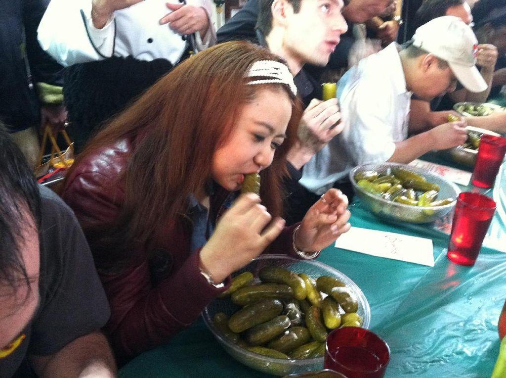 Di tahun 2010 dalam acara Isle Casino Pompano Park World Pickle Eating Championship di Pompano Beacg, Florida ada perlombaan unik. Pat Bertoletti mampu menurunkan 2,6 Kg dalam 6 menit dan dinobatkan sebagai pemecah rekor dunia. Foto: Istimewa