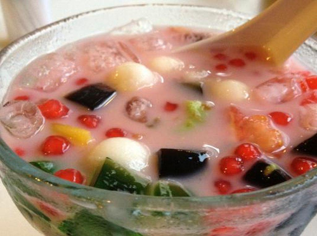 Beda yang meracik, beda juga campuran isiannya. Tapi umumnya, es campur dibuat dengan seutan es yang ditambahkan dengan sirup merah. Isiannya berupa potongan cincau hitam, biji mutiara, tape, kolang-kaling, alpukat hingga agar-agar. Hmm, segar! Foto: Istimewa