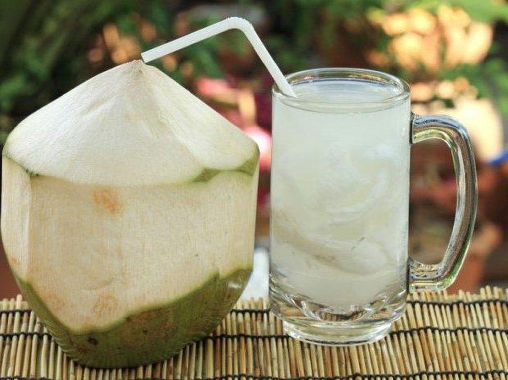Es kelapa muda yang dicampur dengan air kelapa dan gula memang sangat menyegarkan. Apalagi dinikmati siang hari saat cuaca terik. Foto: Istimewa