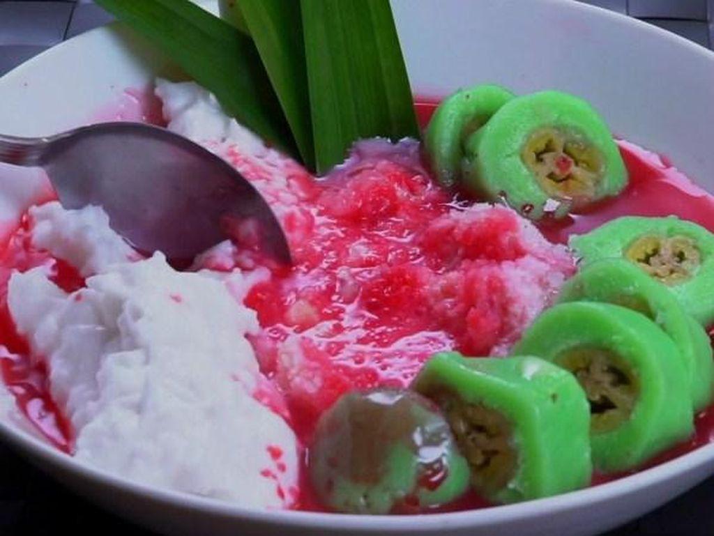 Bubur sumsum berwarna putih yang dipadu dengan buah pisang berbalut adonan hijau sangat enak disajikan bersama dengan sirup merah dan es. Kenyang sekaligu melepas dahaga! Foto: Istimewa