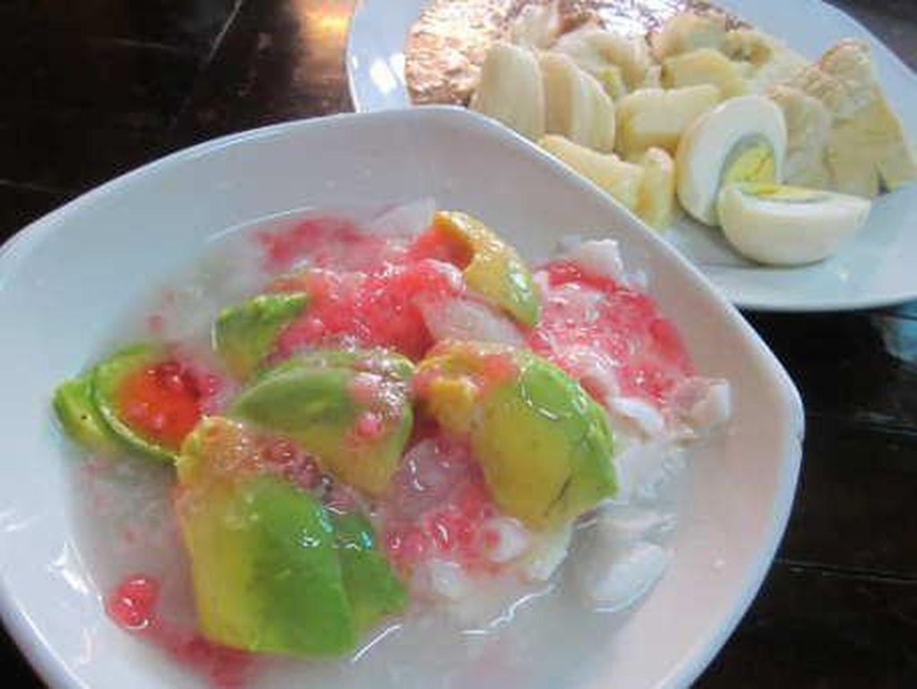 Es oyen asal Bandung ini berisi alpukat, pacar cina, kolang-kaling, nangka, es serut dan sisi kental manis enak juga dinikmati setelah puas menyantap seblak yang pedas. Foto: Istimewa