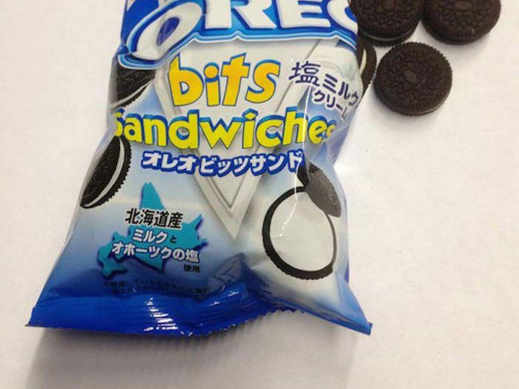 Kalau Oreo Bits Sandwiches ini tidak cuma ukurannya yang mini. Tapi isian krimnya juga memakai susu asin atau salted milk. Foto: Istimewa