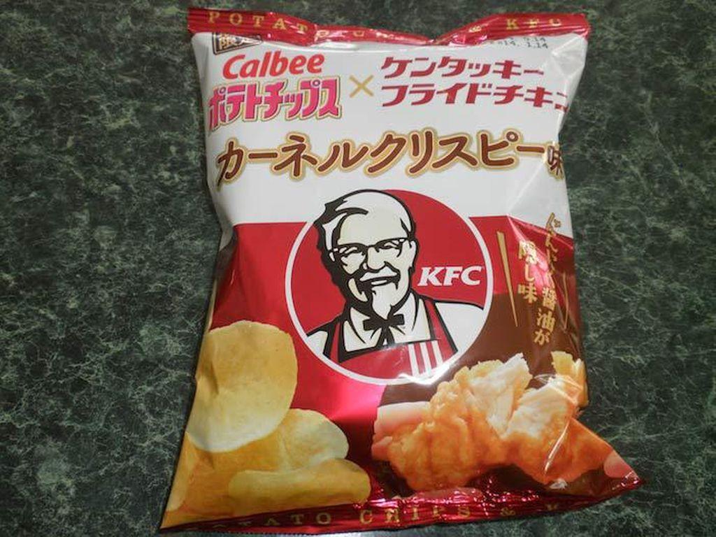 Keripik kentang kolaborasi Calbee dan KFC pernah ada di Jepang. Bayangkan bumbu gurih ayam goreng KFC pada keripik kentang renyah. Foto: Istimewa