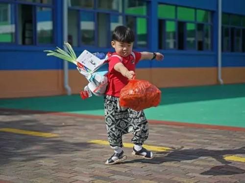 Hari Pertama Sekolah, Bocah Ini Bawa Gembolan Berisi Daun Bawang hingga Mie Instan