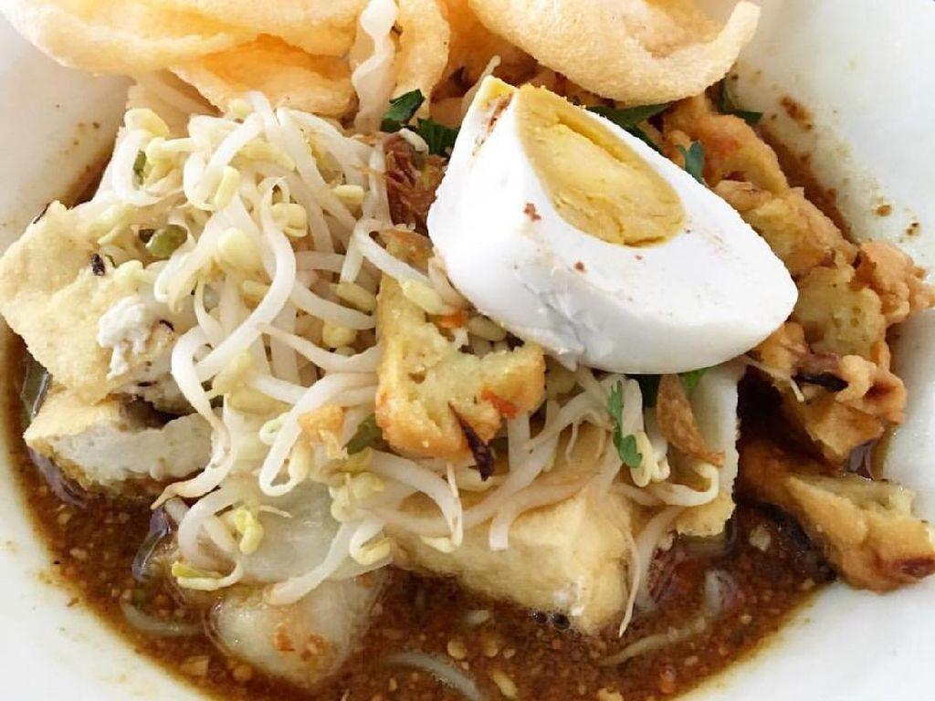 Buat yang mau makan kenyang, racikan kupat tahu Magelang yang ini kuah kacangnya sedikit kental dengan, bakwan, telur rebus sebagai pelengkapnya.Foto: Istimewa