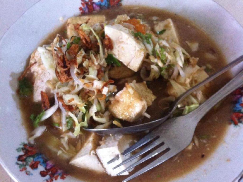 Ini dari warung kupat tahu Pojok yang legendaris di Magelang. Kuahnya bening dari gula aren, bawang putih, cabe rawit dan cuka jadi ciri khasnyaFoto: Istimewa