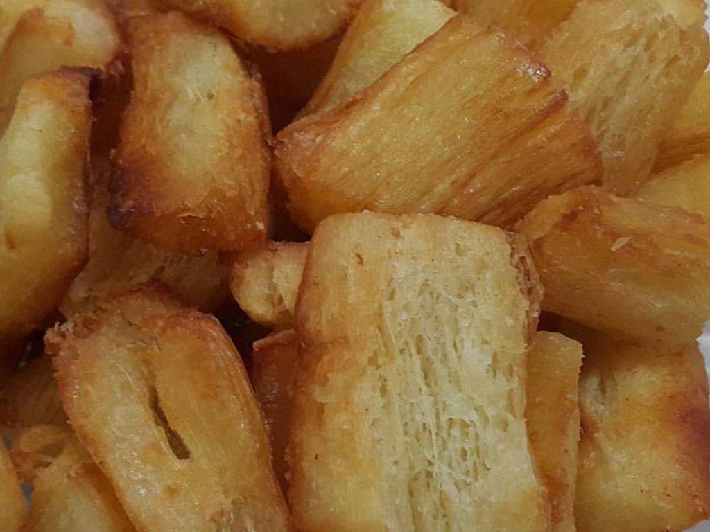 Singkong goreng yang empuk gurih juga bisa jadi camilan enak yang murah. Apalagi diberi bawang putih dan keju.Foto: Istimewa