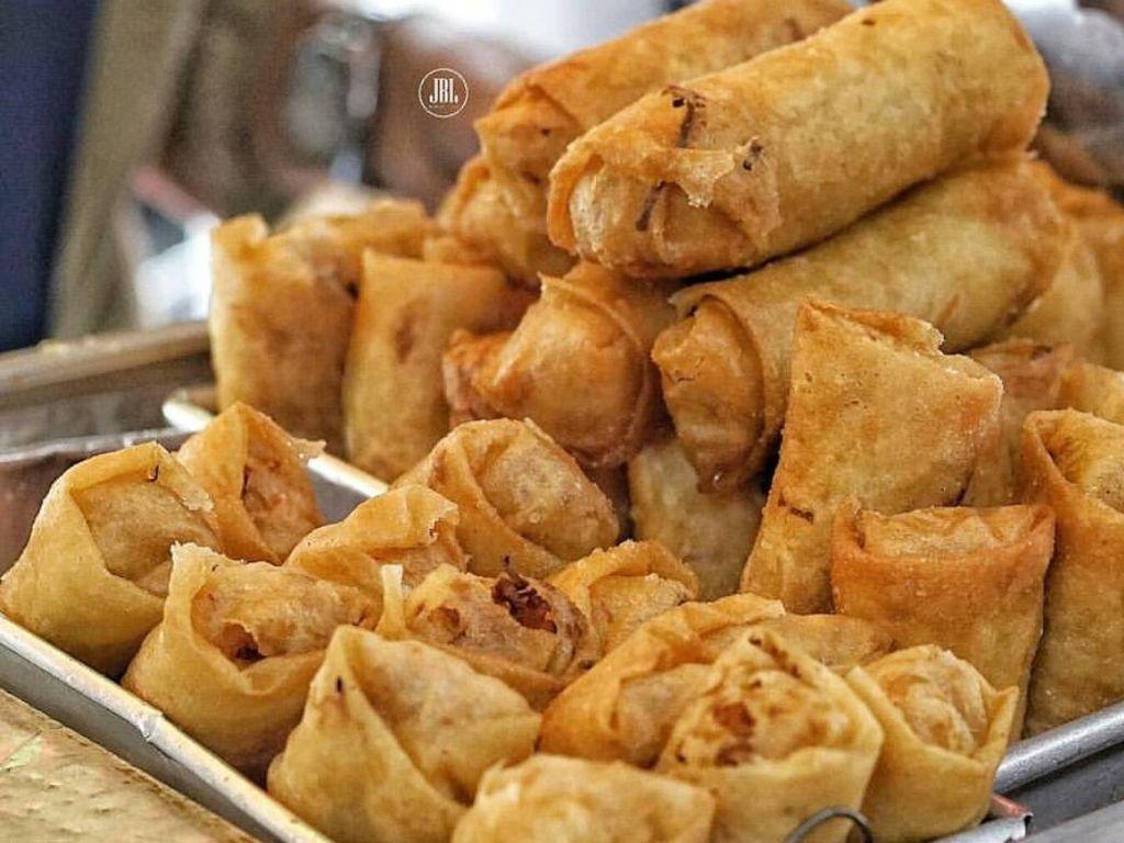 Lumpia sayuran yang banyak dijajakan orang bisa dinikmati hangat dengan sambal kacang. Krenyes renyahnya bikin nagih.Foto: Istimewa
