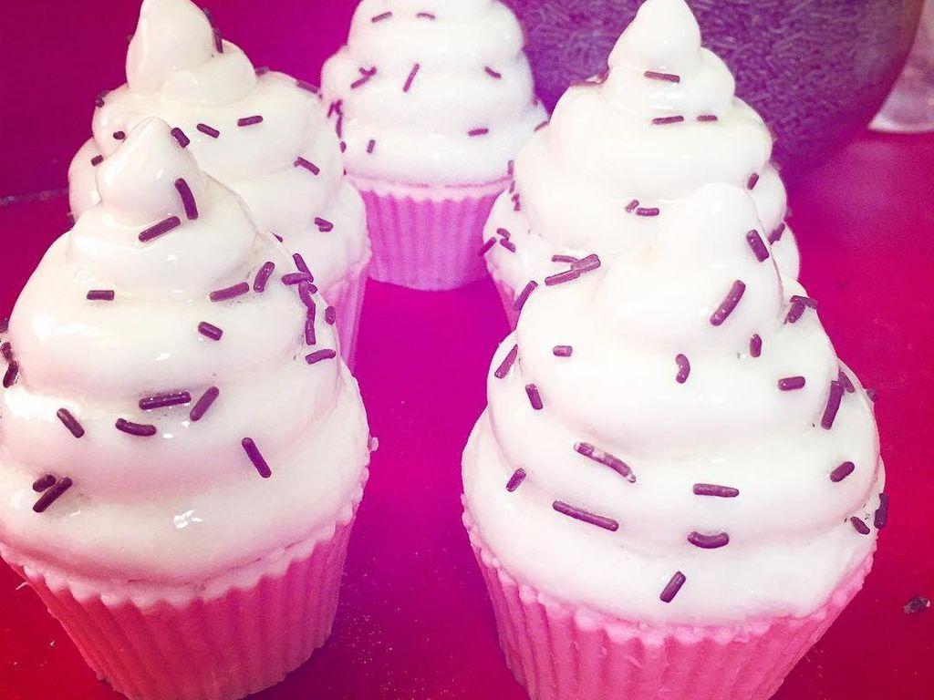 Mandi pasti lebih menyenangkan dengan sabun cupcake ini. Bentuknya persis cupcake asli dengan cup kertas dan taburan meisjes. Foto: Leeana OCain