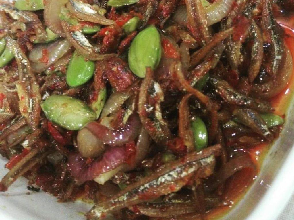 Ikan asin bilis yang renyah gurih memang jodohnya cabe dan petai. Rasanya pedas, gurih dan renyah sedap. Foto: Istimewa