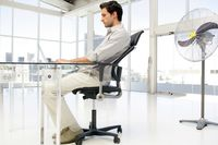 Duduk sambil bersandar lebih disarankan karena beban di tubuh bagian atas tidak akan terus-terusan membebani pinggang, khususnya tulang punggung bagian bawah yang sering menjadi lokasi herniasi nucleus pulpolus atau saraf terjepit. Foto: Thinkstock
