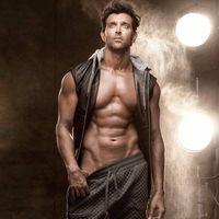 Aktor Bollywood Hrithik Roshan menderita skoliosis pada usia 21 tahun dan ini memicu berbagai risiko masalah tulang lainnya. Seperti saat syuting film Bang Bang, piringan sendi tulang belakangnya geser. Kemudian pada 2011 ia pernah juga mengalami cedera tulang punggung serius saat syuting film Agneepath. (Foto: Instagram/hrithikroshan)