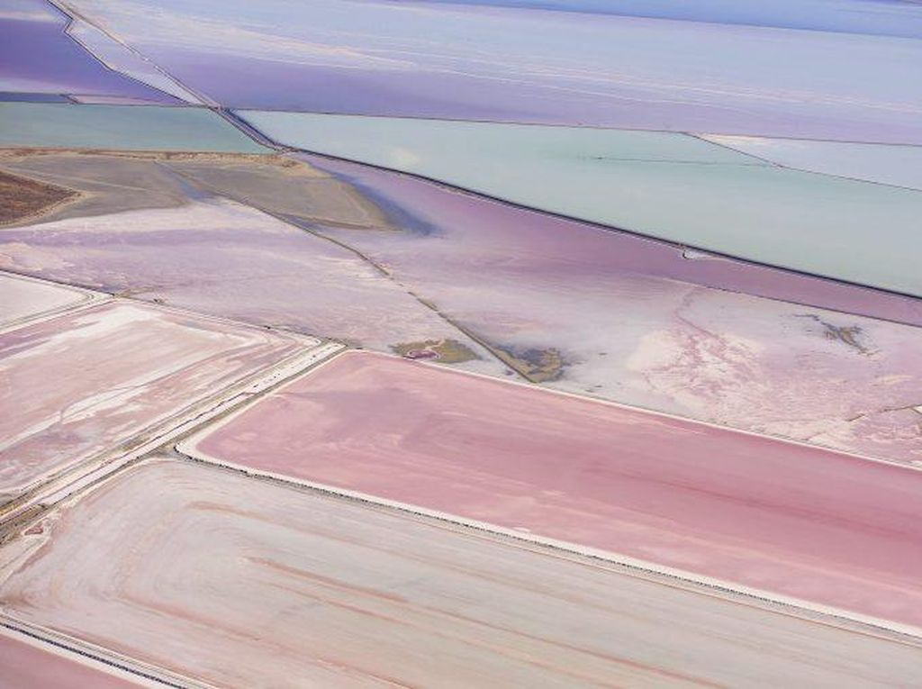 Perubahan warna, bentuk, pola pada tambak pertanian garam selalu membuat orang terpesona akan keindahannya. Foto: Istimewa