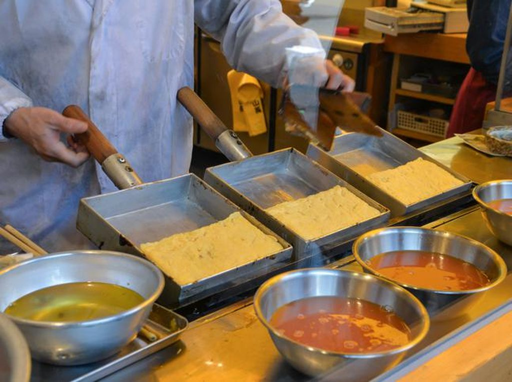 Kalau yang satu ini pasti Anda tahu. Omelette atau telur dadar dari Jepang bernama tamagoyaki. Cara bikinnya sangat sederhana, cukup telur ayam diberi bumbu gula dan garam yang dikocok dan digoreng selapis demi selapis kemudian digulung dengan sumpit. Beda dengan telur dadar Indonesia yang gurih, tamagoyaki justru lembut dan bersemburat manis rasanya. Foto: Istimewa