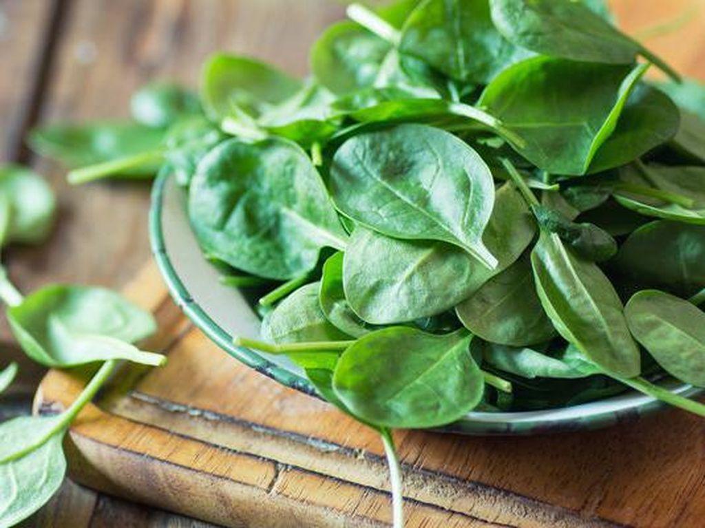 Bayam merupakan salah satu sayuran hijau yang dapat membangkitkan tenaga gizi dalam tubuh. Bayam diketahui kaya akan vitamin K dan A, serta mangan dan folat. Foto: Getty Images