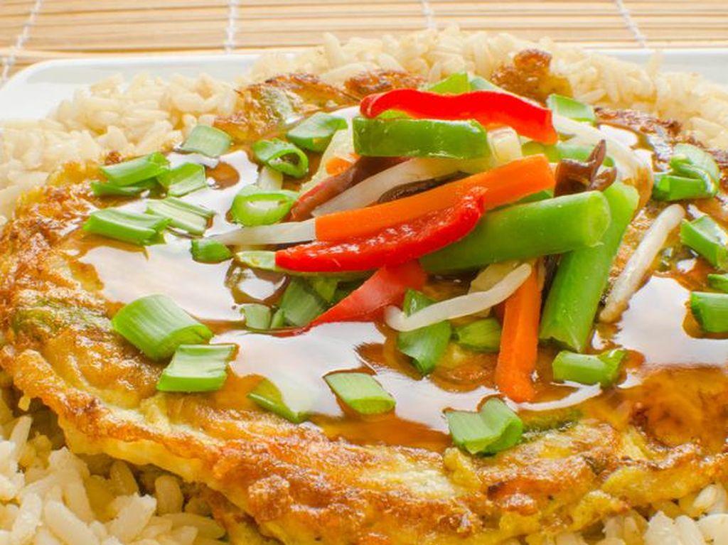 Fu yung hai dari China ini dibuat dari telur yang didadar dengan campuran berupa sayur, daging atau seafood. Paling enak disajikan dengan saus asam manis dengan tambahan kacang polong. Enak dinikmati bersama dengan nasi atau tanpa nasi. Nyam! Foto: Istimewa