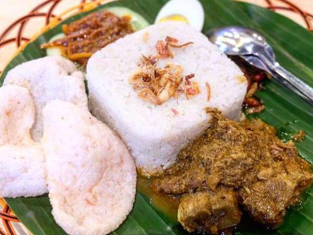 Restoran asal Malaysia, Uncle K juga punya nasi lemak sedap. Pilihan lauknya ayam goreng atau ayam bakar. Tak ketinggalan pelengkap lain seperti teri kacang, telur rebus, sambal, mentimun dan kerupuk. Foto: Uncle K