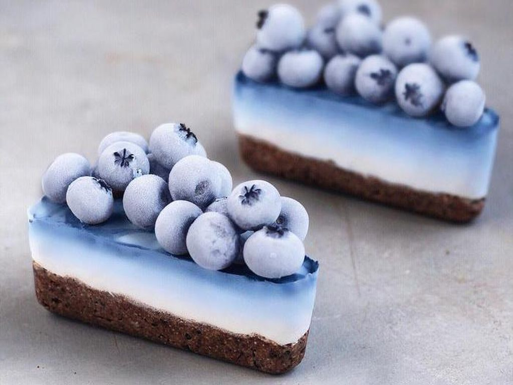 Sajian ini bernama Blue Ombre Vegan Cheesecake. Dengan menggunakan bubuk matcha biru akna menghasilkan warna gradasi yang cantik. Foto: Instagram naturally.jo
