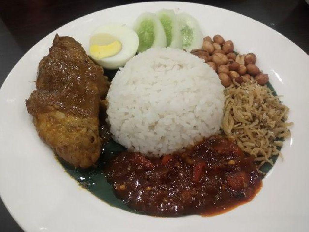 Nah yang satu ini nasi lemak buatan Pappa Jack Kopitiam. Nasi Lemak Pappa Jack berisi ayam kari, teri kacang goreng, telur rebus dan sambal goreng. Foto: dok. detikFood