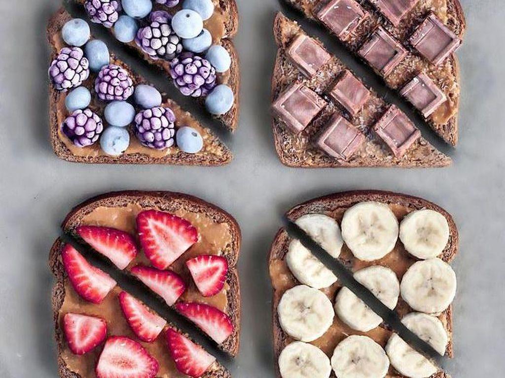 Roti yang diberi selai kacang dengan paduan topping buah beku bisa jadi inspirasi juga. Foto: Instagram naturally.jo