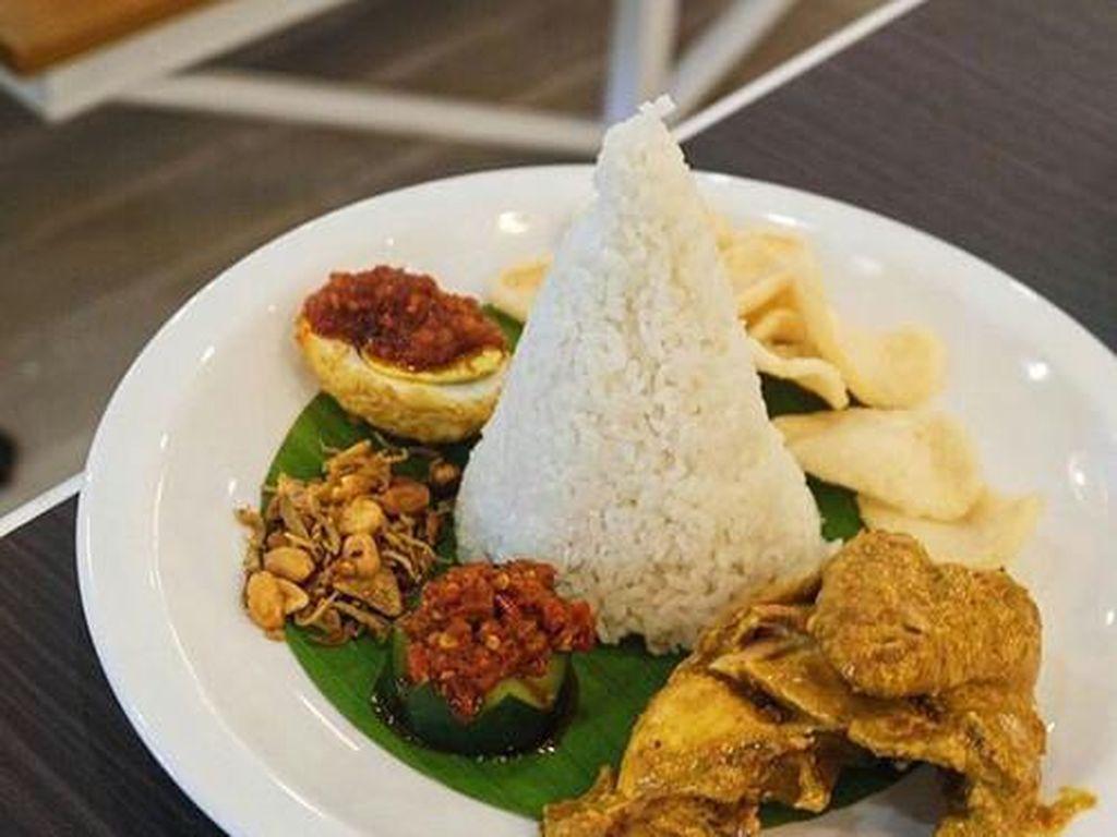 Kalau di OWL Cafe, nasi lemak disajikan dengan kari ayam, ikan asin, telur balado dan kerupuk udang. Pasti bikin puas untuk makan siang. Foto: OWL Cafe