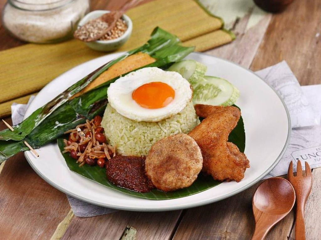 Di Uncle Fat ada nasi lemak Singapura dengan lauk super komplet. Ayam goreng, perkedel dan telur mata sapi bikin nasi lemak ini makin nikmat. Foto: Uncle Fat