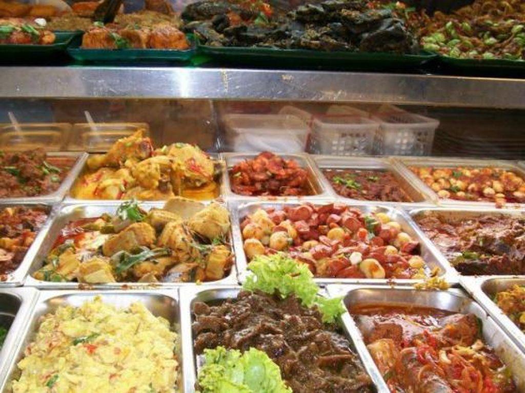 Warong Java Nasi Padang di Bedok North Street tawarkan aneka menu Indonesia sedap. Ada nasi Padang, nasi rawon dan nasi sambal goreng. Tak ketinggalan ayam kremes dan gado-gado.