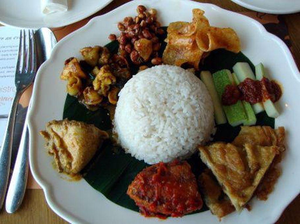 Di Penang Bistro ada Nyonya Nasi Lemak dengan pelengkap ikan bilis, sambal goreng ikan, kari ayam, telur dadar, cumi balado, sambal dan keripik kentang. Mantap! Foto: dok. detikFood