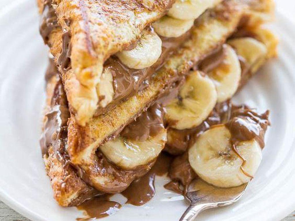 Pisang dan cokelat tak pernah gagal memuaskan selera. French toast dengan olesan selai cokelat hazelnut dan diisi potongan pisang ini pas dinikmati dengan secangkir kopi pahit.Foto: Istimewa