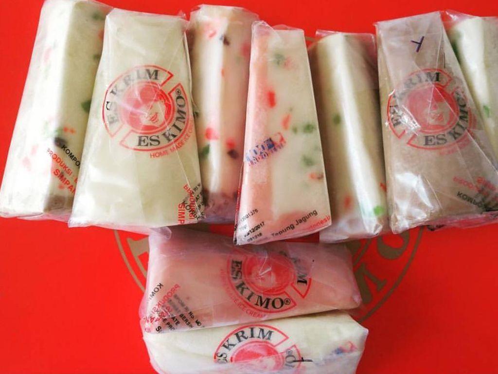 Ini salah satu penjual es potong yang populer, Es Kimo. Ada es potong rasa tutu fruiti yang klasik. Es krim dengan paduan potongan sukade.Foto: Istimewa