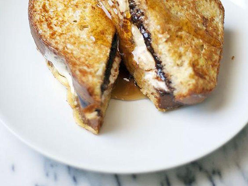 Kalau ingin praktis, roti panggang atau french toast bisa diolesi krim keju dan saus cokelat. Dalam satu gigitan, manis dan gurih!Foto: Istimewa