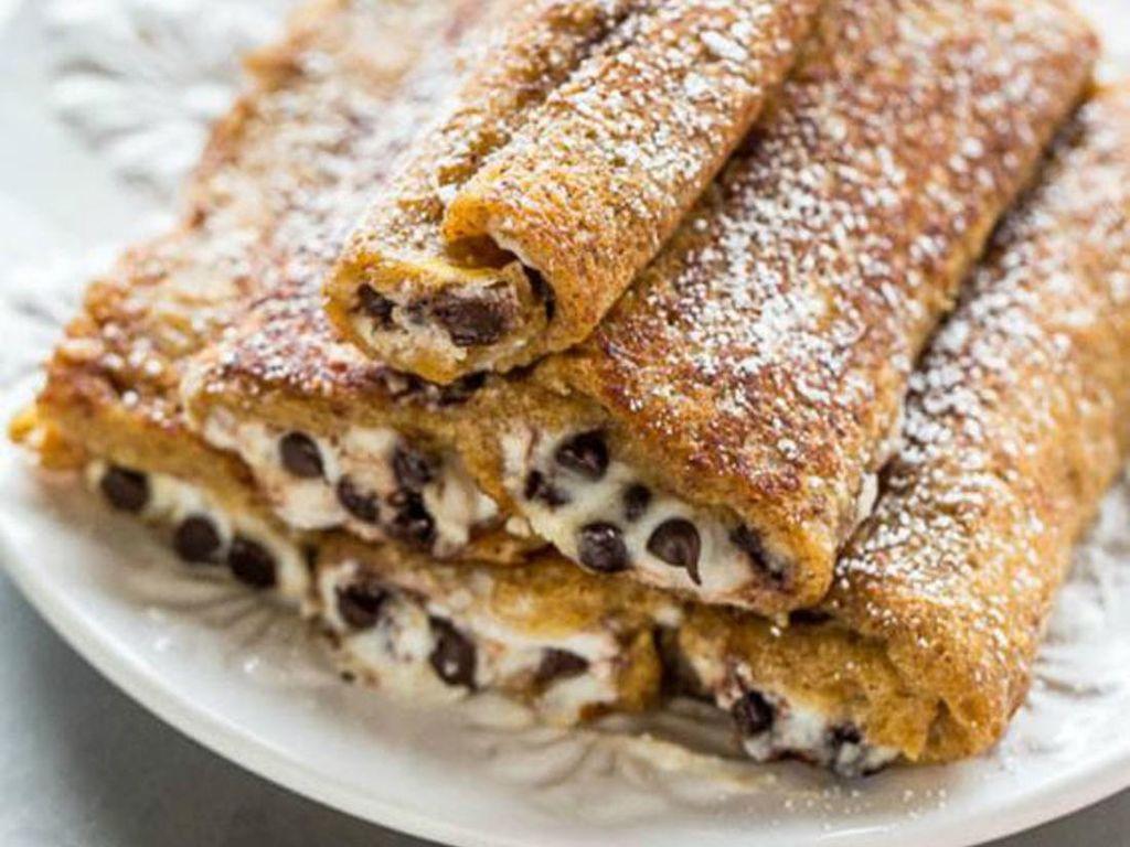 Buat yang suka gurih manis, buat saja french toast cokelat ini. Diolesi krim dan diberi chocolate chips lalu digulung dan ditaburi gula bubuk.Foto: Istimewa