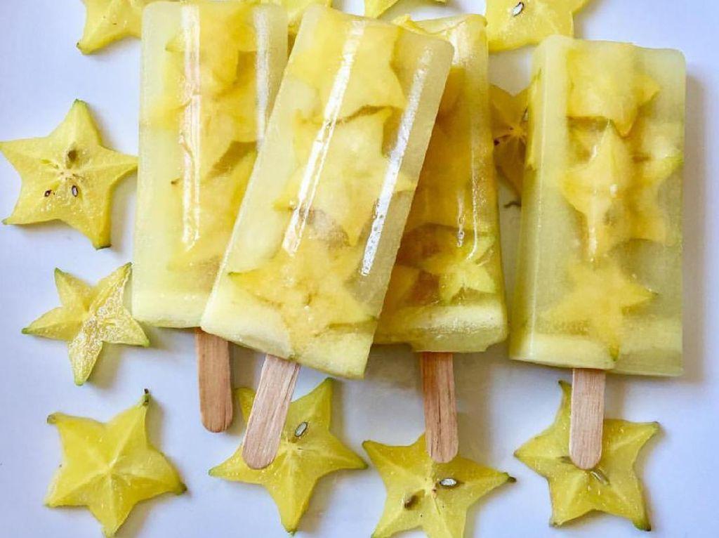 Belimbing yang manis segar enak juga diiris tipis dibuat es loli. Selain renyah manis, bentuk bintang bikin es loli jadi renyah manis.Foto: Istimewa
