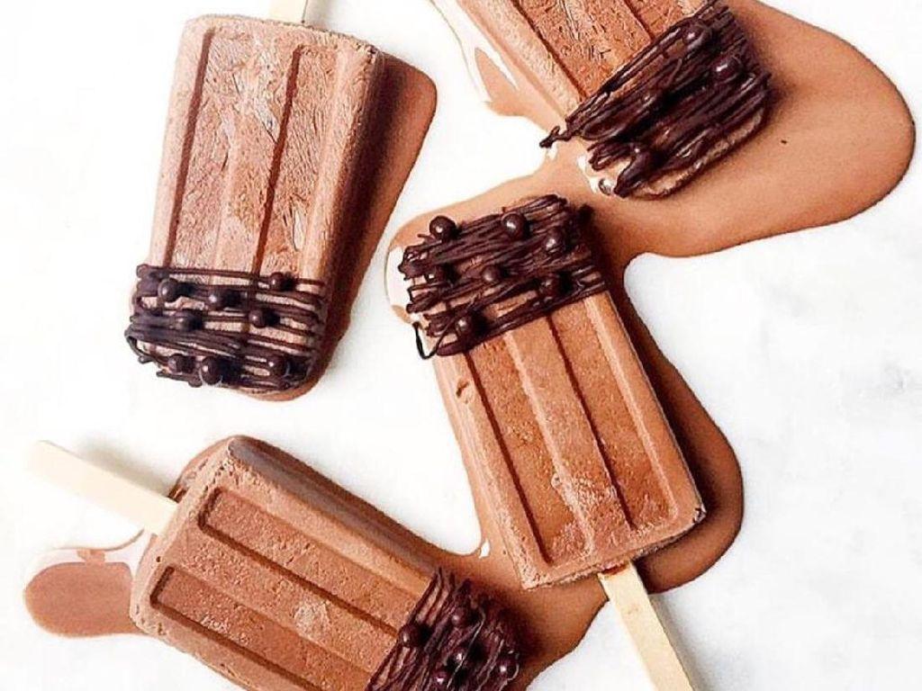 Diberi kucuran cokelat, es loli tentu saja makin enak. Rasanya jadi legit renyah dengan rasa pekat cokelat.Foto: Istimewa