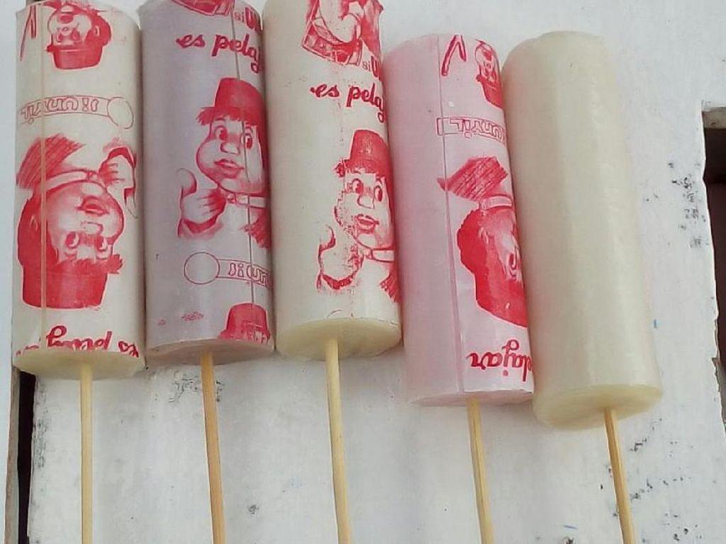 Semua pasti ingat es potong jadul ini. Berbentuk potongan panjang yang dipotong 10 cm kemudain diberi lidi. Bisa pilih aneka buah. Harganya murah, rasanya manis!Foto: Istimewa