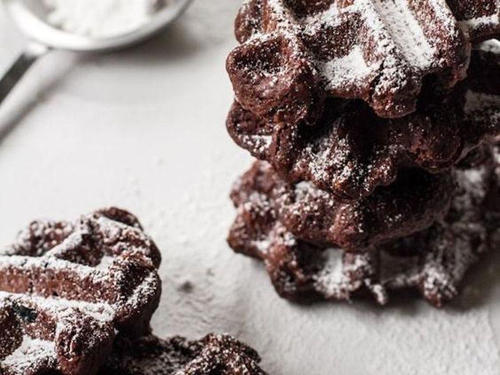 Buat yang ingin sarapan tidak terlalu mengenyangkan, waffle cokelat mungil ini bisa jadi pilihan. Empuk, dengan rasa cokelat pekat. Enak dimakan hangat dengan taburan gula bubuk.Foto: Istimewa