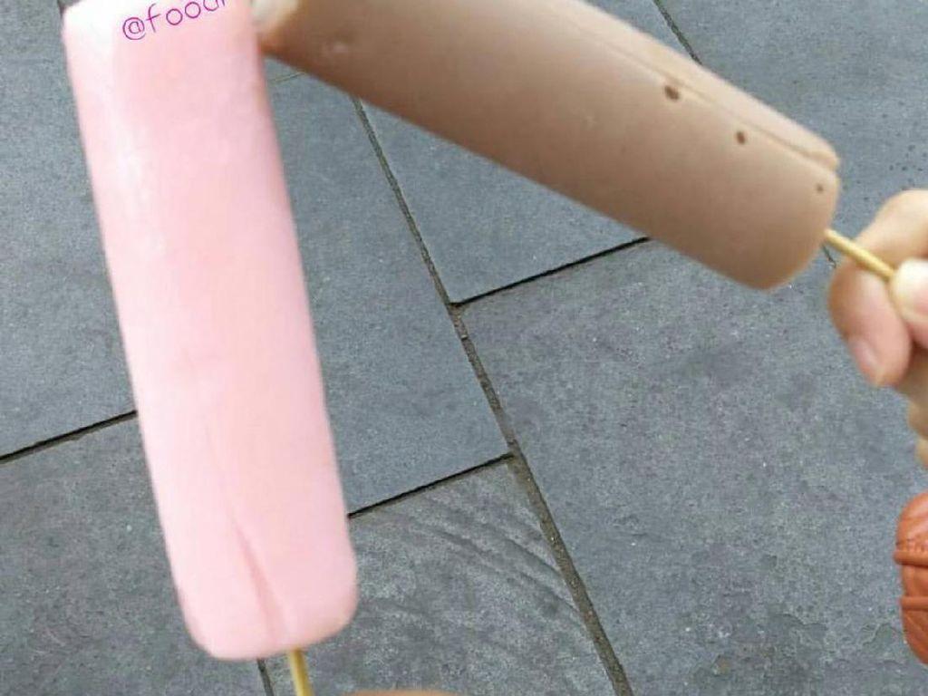 Es goyang juga tergolong es loli yang dibuat dengan cara tradisional. Cetakan harus digoyang agar es lilin beku. Ada ras cokelat dan strawberry yang jadi favorit.Foto: Istimewa