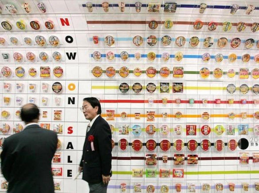 Pencinta mie instan akan senang berada di museum ini. Momofuku Ando Instant Ramen Museum di Osaka membawa pengunjung ke tempat asal kelahiran mie instan. Pengunjung juga bisa belajar bagaimana produksi mie instan sampai membuat sendiri kreasi mie kuah dalam cup sebagai bagian dari tur.
